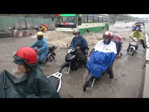 (VTC14)_TPHCM mưa lớn, ngập nặng; xe máy ngập nửa bánh