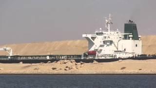 قناة السويس الجديدة : لحظة مرور سفينة عملاقة على بعد أمتار من الحفر بالقناة الجديدة