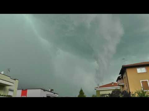 Strano conoide sopra Trento Nord durante un temporale 10/08/2017