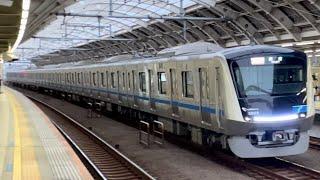 小田急新型車両5000形5055編成が経堂駅の中線を通過するシーン