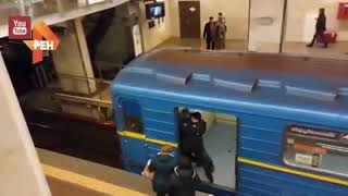 В киевском метро голый мужчина попытался «угнать» поезд