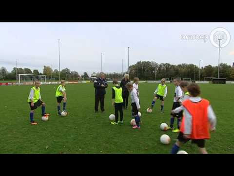 Guus Hiddink traint D-pupillen in Varsseveld