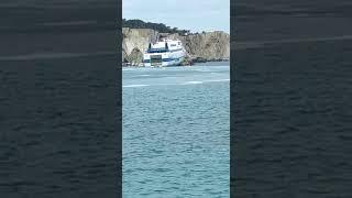 La motonave Tirrenia sugli scogli alle Isole Tremiti