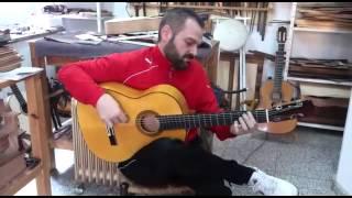 Antonio Patrocinio tocando guitarra 45 aniversario en el taller de José Rodríguez