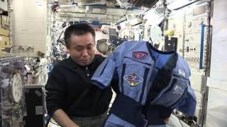 地上への帰還準備に使われるロシアのペンギンスーツと呼ばれる耐Gスーツ...