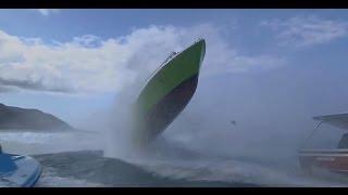 巨大な波が船に当たる