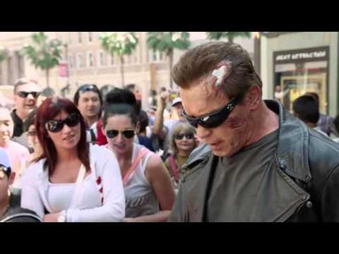 Schwarzenegger bromeó disfrazado de Terminator