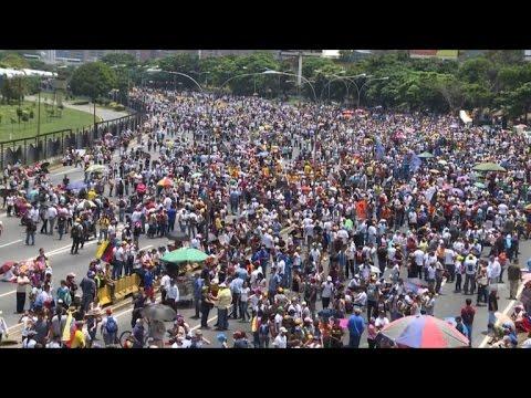 L'opposition bloque une des artères principales de Caracas