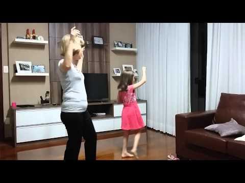 Mãe e Filha cantando \