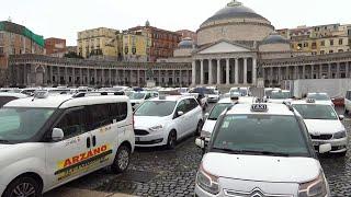 Napoli, la protesta dei tassisti: le auto bianche riempiono Piazza del Plebiscito