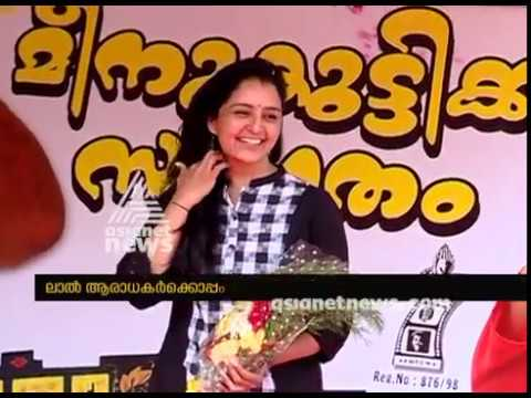 Manju Warrier watches 'Mohanlal' Movie with Mohanlal fans