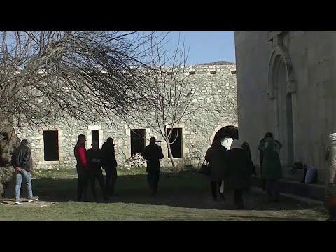 В Нагорном Карабахе российские миротворцы помогли паломникам добраться до христианского монастыря.