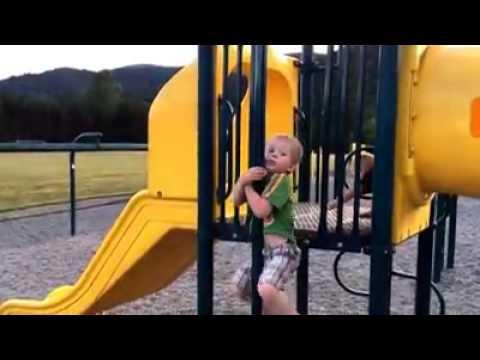 Klettergerüst English : Kleiner junge fällt vom klettergerüst d youtube
