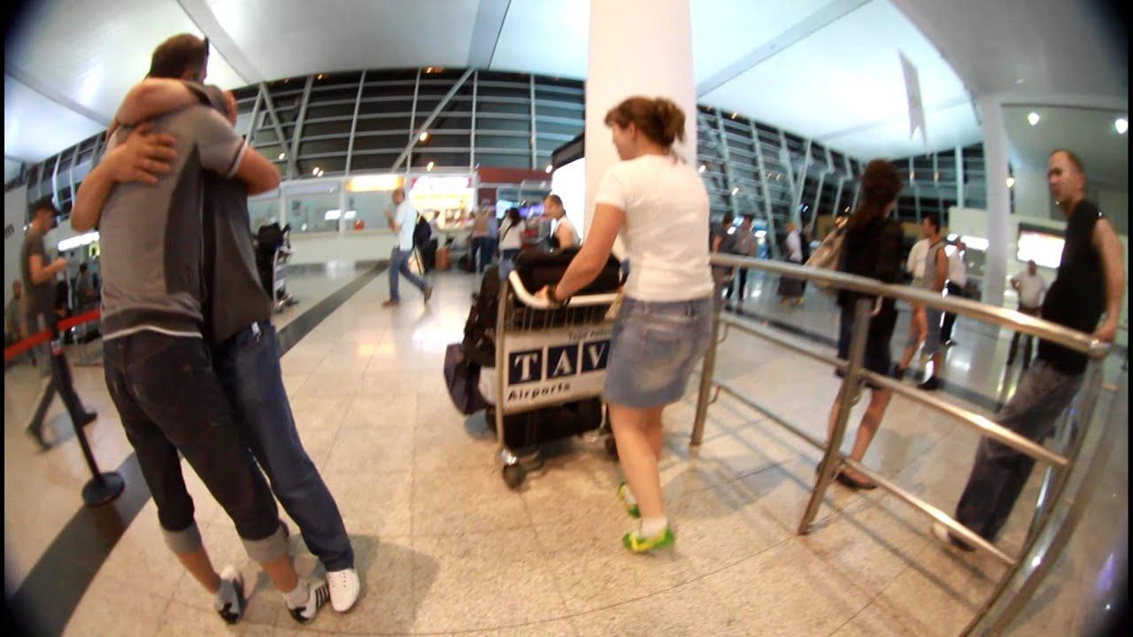 Встреча девушки в аэропорту и парня, дойки грудастые девушки