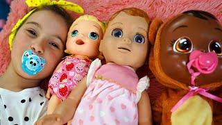 Аня играет как няня с маленькими куклами