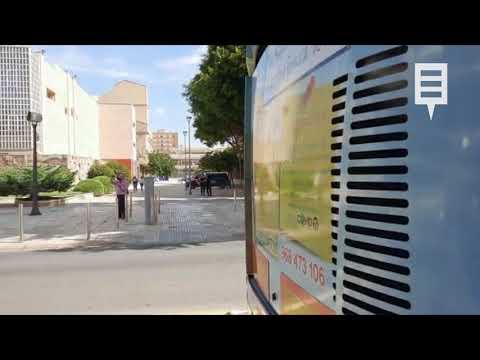 Una caravana de autobuses escolares traslada sus reivindicaciones a la Asamblea Regional