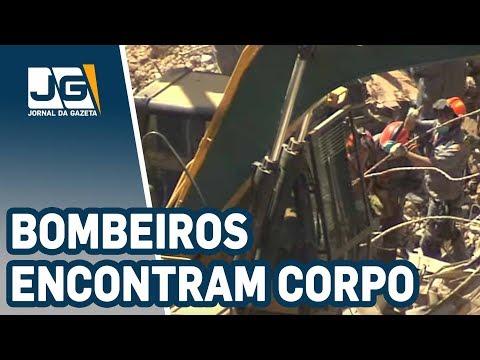 Bombeiros encontram um corpo nos escombros