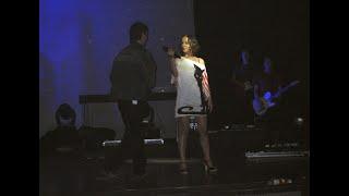 Зритель вылез на сцену на концерте Ализе в Москве