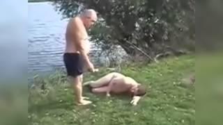 Пьяный мужик на озере! Супер прикол
