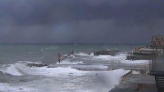 Violenta mareggiata, Genova in allerta - Nude News