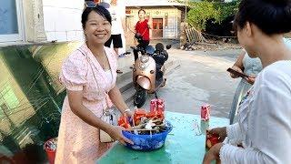 8个人半个小时吃了三十斤生蚝,秋子捂着肚子直呼好爽,看饿了