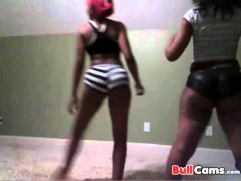 Ebony gets fingered in cooch