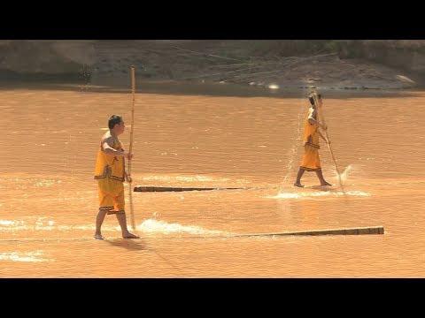 Drifting on a single bamboo! Watch stunning skills of Chinese folk artists