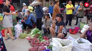 贵州农村集市,老百姓没事也去,场面像过节一样热闹