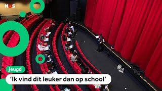 Middelbare scholen weer open: lessen in kerken en theater