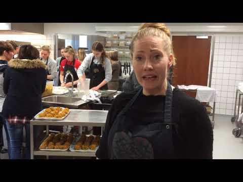 Vedoucí Lektorka Kamille Vysvětluje, Jak Probíhá Vaření S žáky V Dánské škole Nymarkskolen