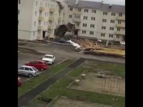 Падение крыши с дома в Михайловске попало на видео 23.04.17
