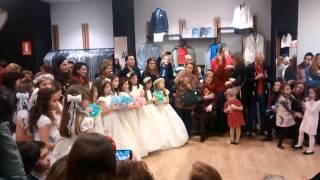 Parte final del desfile de vestidos de comunion en baunda