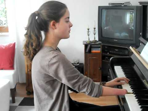 """Girl with one hand does a piano cover of """"Comptine d'un autre ete"""" from Amélie"""