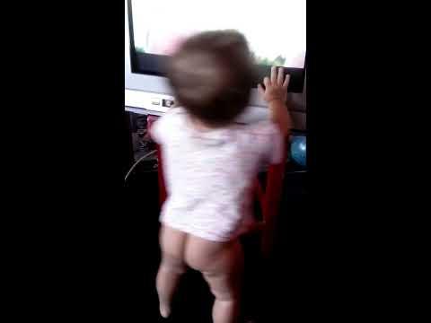 Дочя танцует,маленький голожопик!