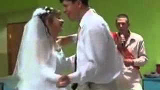 Свидетель поет на свадьбе друга