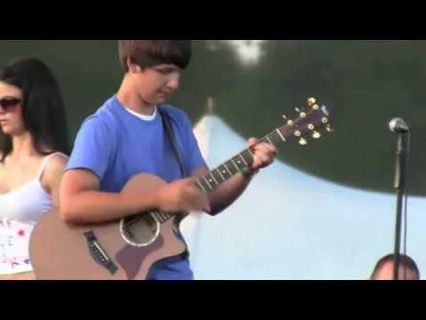 Garoto de 15 anos faz solo de violão  em apresentação pública