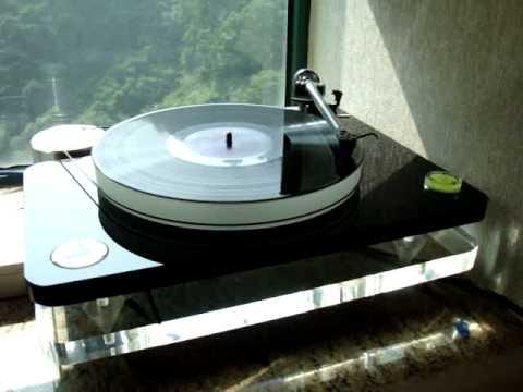 Clearaudio turntable playing Norah Jones - Seven Years