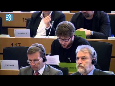 Mario Draghi se ríe de un eurodiputado de Podemos