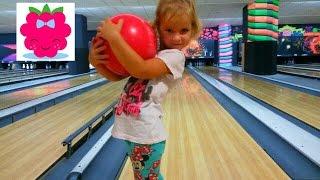 Девочка играет с другими детьми в боулинг – это море позитива на детском канале.