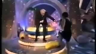 Şarkı söylerken düşen kadın