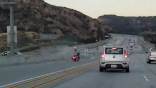 В Калифорнии байкер пнул машину и спровоцировал крупное ДТП