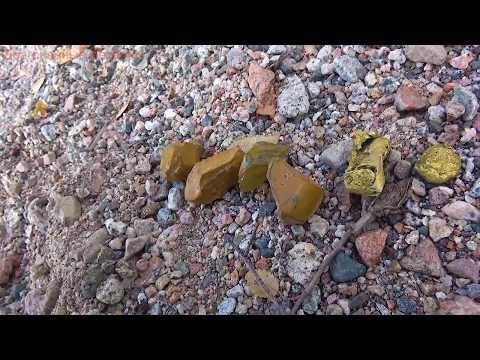 Камень желтый амблигонит нашел возле речки