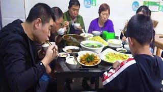 【超小厨】和哥哥一家团聚,毛血旺扣肉配豆花,三碗米饭一碗汤,过瘾!