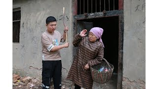 农村母亲重男轻女,让女儿打工供儿子上学,5年后报应来了
