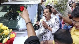 Dharmendra Meets FANS Outside His House Waiting to Celebrate His 83rd Birthday