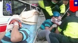 Фрагмент строительных лесов, упавший вниз, попал в голову строителя(Во вторник в Новом Тайбэе, что на острове Тайвань, строитель был ранен упавшим фрагментом строительных..., 2014-11-07T15:29:29.000Z)
