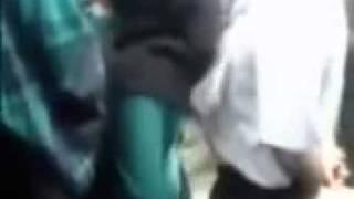 شيعي يلبق ورا بنت  ايرانيه وصط الناس ما يستحي