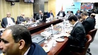 ياسر رزق ودكتور أحمد زكى بدر يستمعان لإقتراحات المحافظين عبر الفيديو كونفرانس