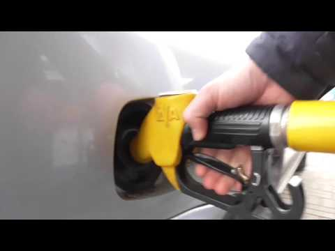 Заправка бака автомобиля топливом.