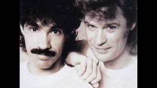 Daryl Hall & John Oates - Maneater (Lyrics)